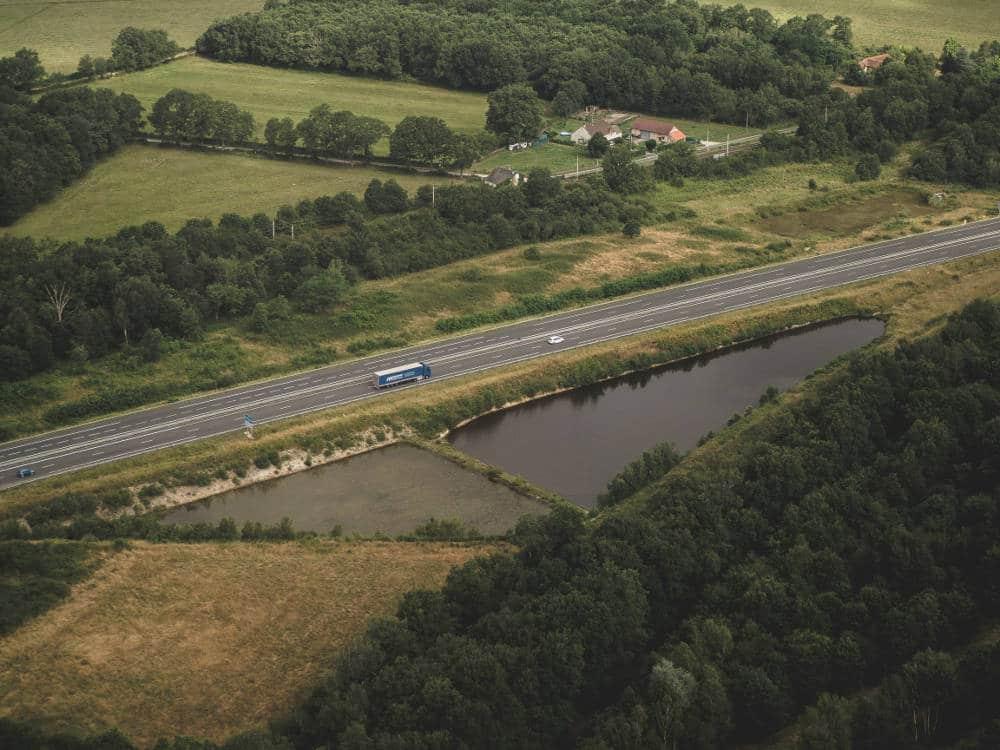 Photo aérienne d'un bassin d'orage réalisée en drone par Pierre-Loup Ducout lors d'une mission pour Vinci autoroutes