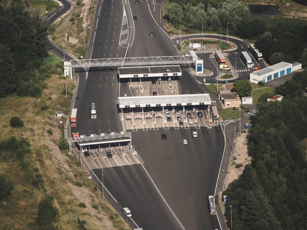 Photo aérienne d'une barrière de péage réalisée en drone par Pierre-Loup Ducout lors d'une mission pour Vinci autoroutes