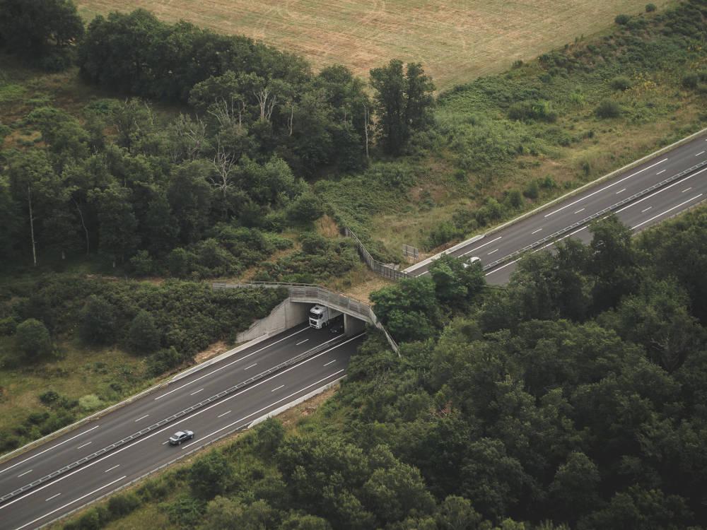 Photo aérienne d'un éco-pont réalisée en drone par Pierre-Loup Ducout lors d'une mission pour Vinci autoroutes