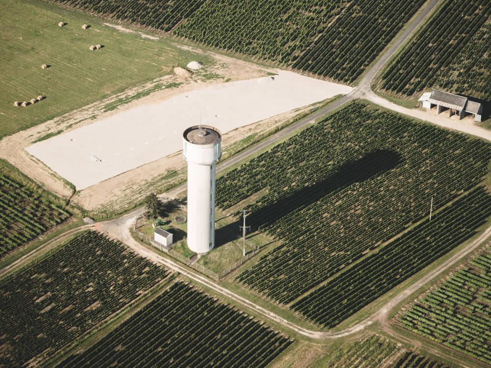 Photo aérienne d'un réservoir chateau d'eau réalisée en drone par Pierre-Loup Ducout lors d'une mission pour Vinci autoroutes