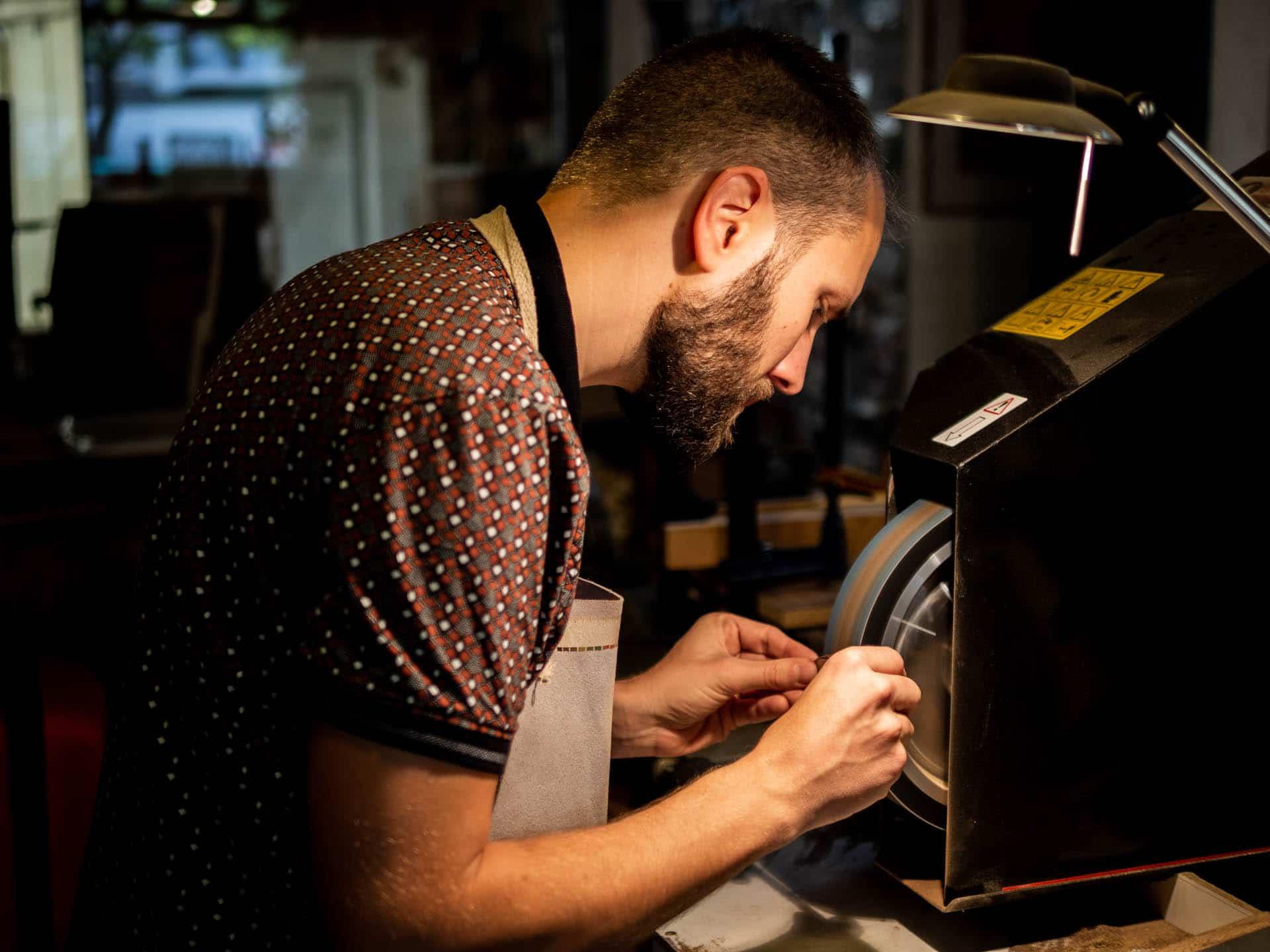 """Reportage métier - Atelier de création du couteau """"L'Anjou"""" par Antoine Faucheux"""