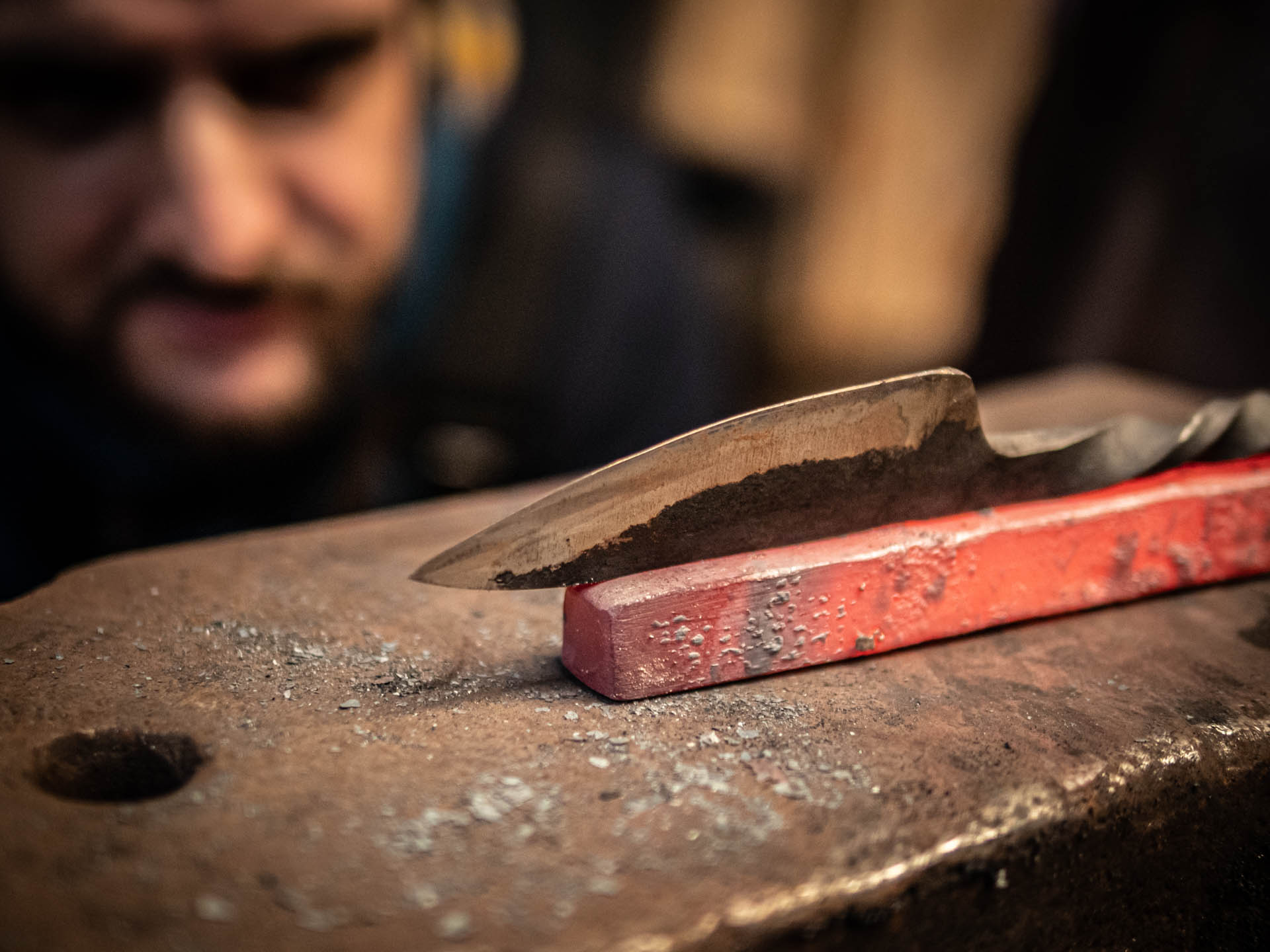 """Reportage métier - Atelier de création de couteau à la forge """"Le Feu Prométhéen"""""""